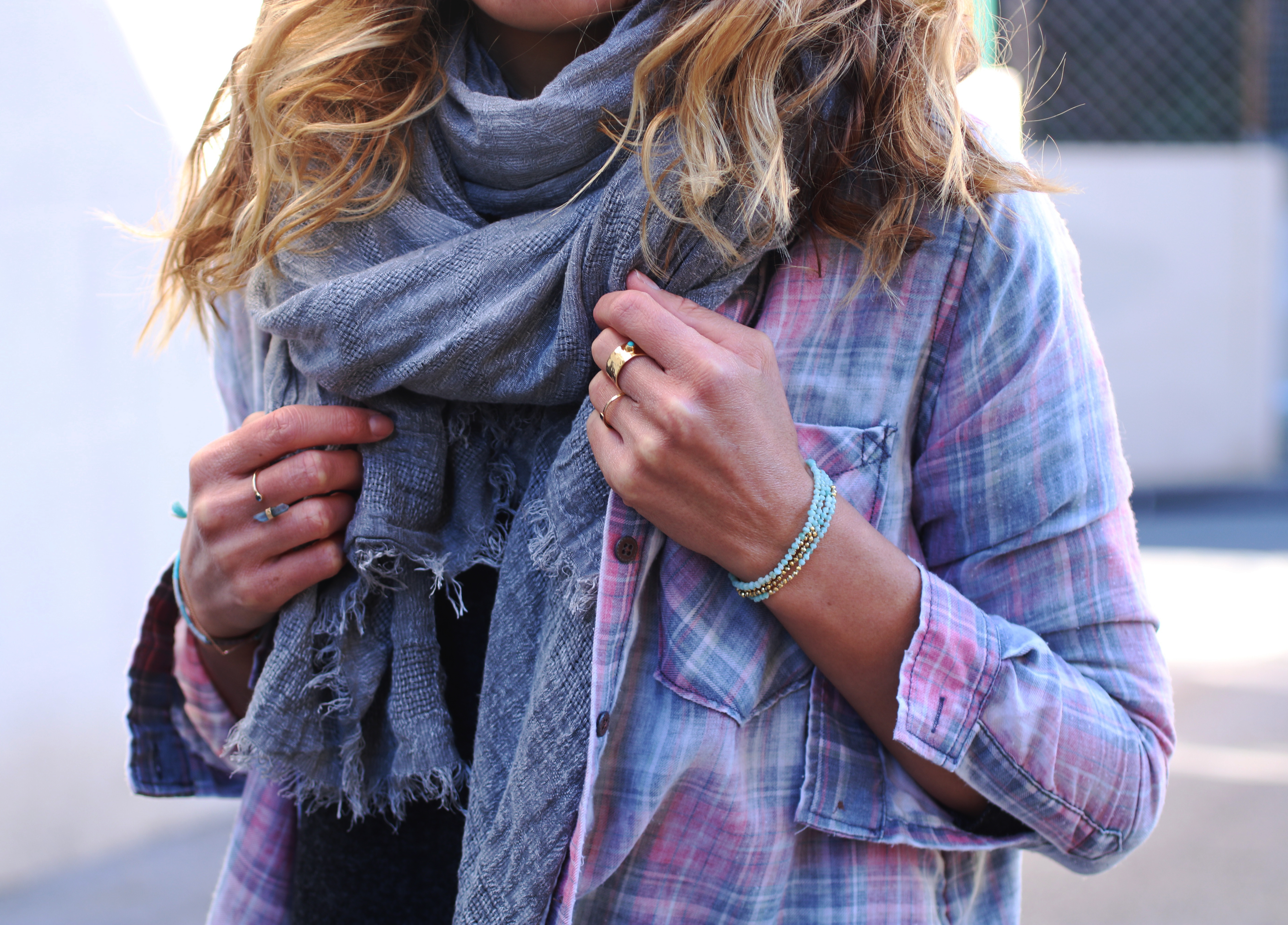 jean et chemise à carreaux