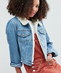 ASOS - Veste rétrécie en jean doublée imitation peau de mouton - Délavage moyen bleu Tammy