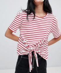 Pull&Bear - T-shirt avec liens sur le devant et rayures rouges
