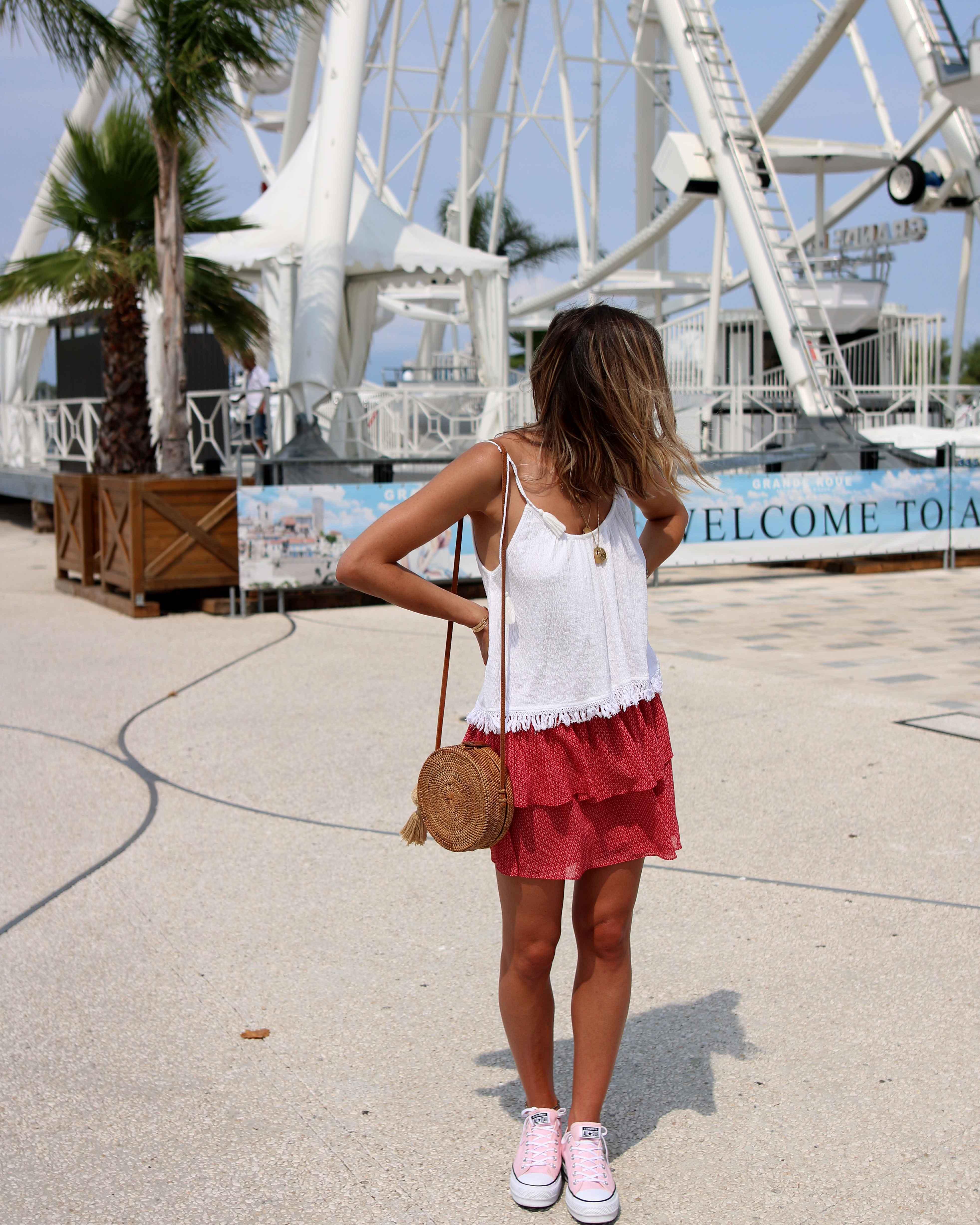 """Chonandchon.com, petite jupe à volants rouge et top blac, look d""""été, bali bag, round bag, converse roses plateformes"""