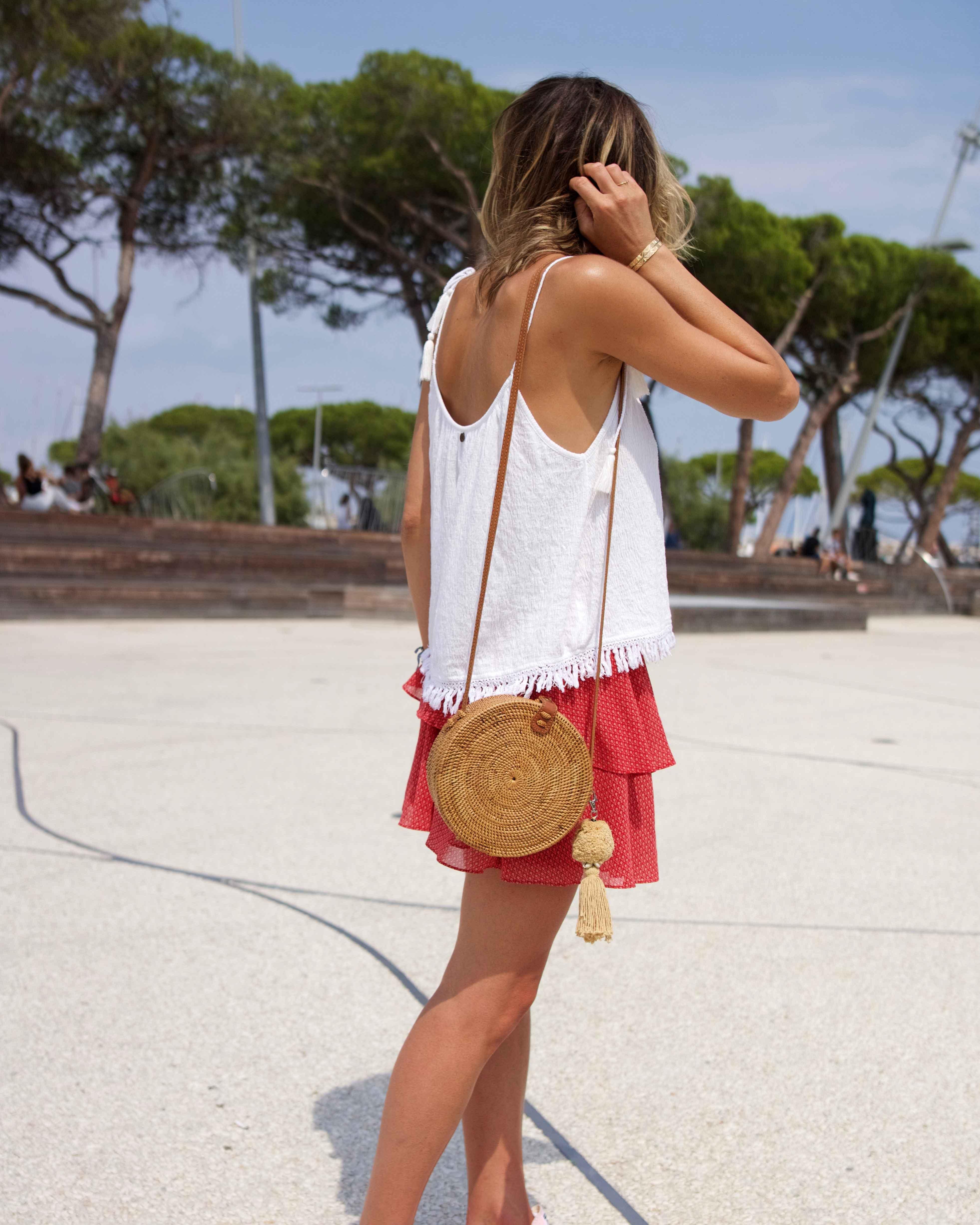 """Chonandchon.com , petite jupe à volants rouge et top blac, look d""""été, bali bag, round bag, converse roses plateformes"""