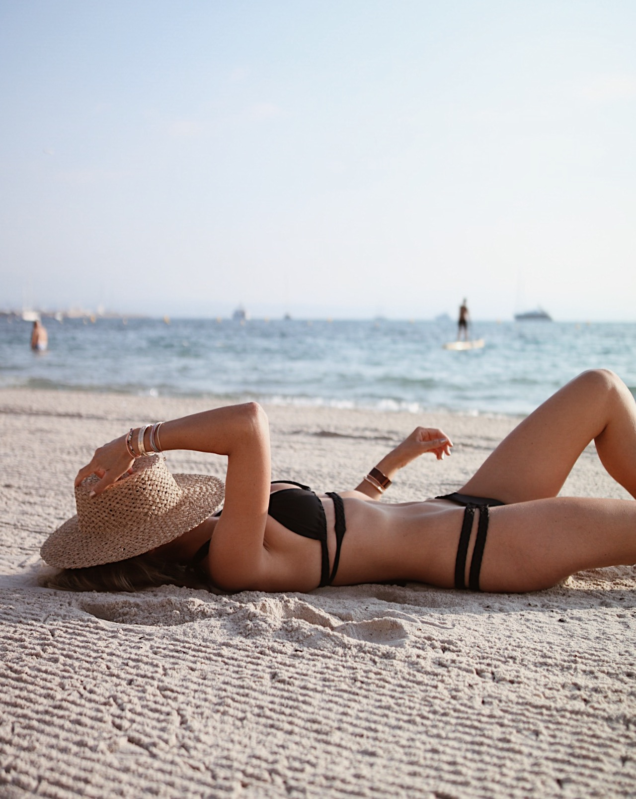 BIKINI VITAMINE A, conseil peau bronzée, bikini body, black bikini, bronzage doré, beach vibes, bikini life, chapeau paille lack of colors, wave ring james michelle jewelry