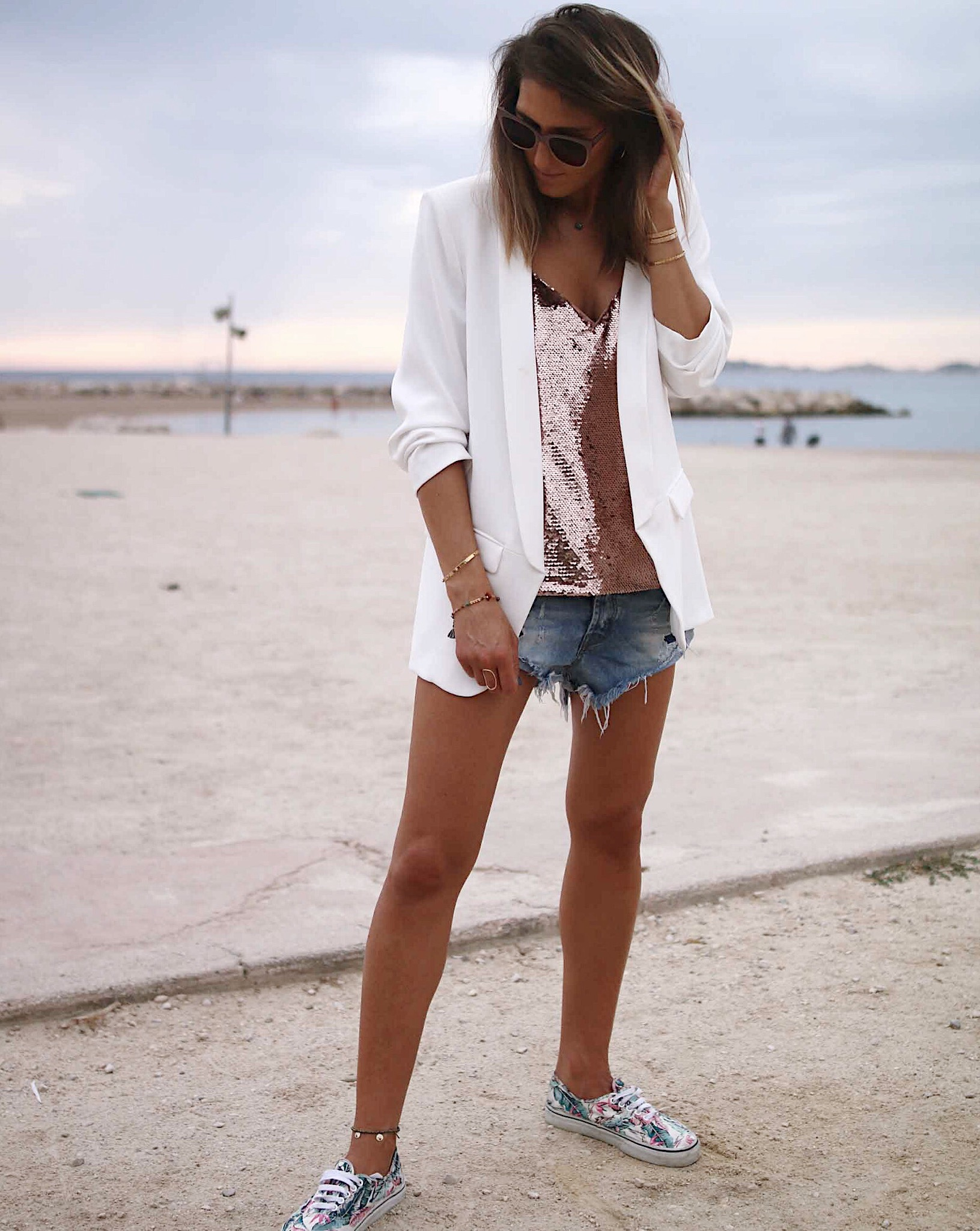 Blazer long blanc, white blazer, denim short one teaspoon, sequins caraco, tropical sneakers vans, classic and casual look, summer outfit, short en jeans, veste longue blanche