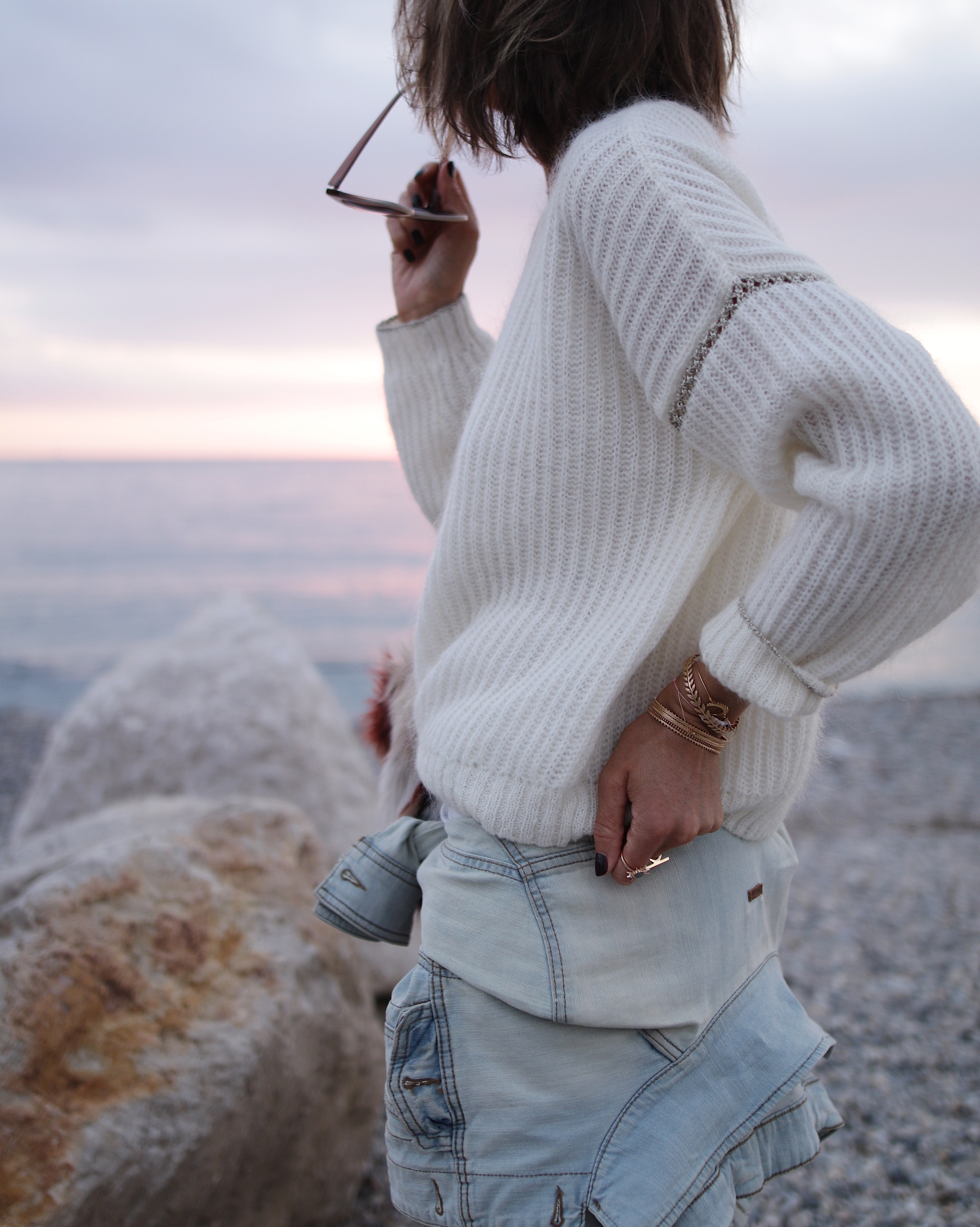 pull laine blanc ikks, white outfit, jeans et pull blancs, pull cozy blanc