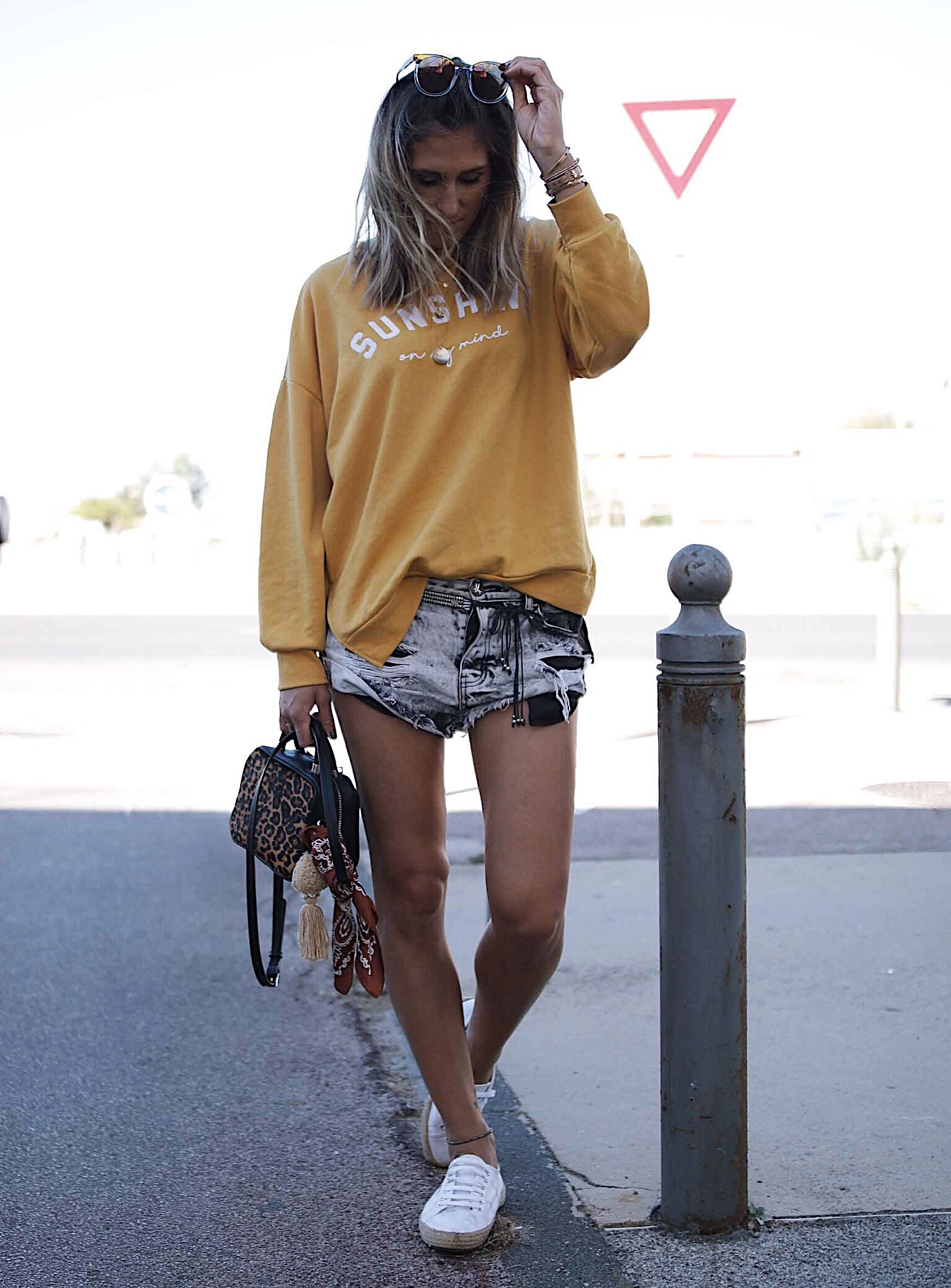 Yellow sunshine sweat, sweater lover, et look denim, casual outfiit with one teaspoon denim, leopard handbag with bandana