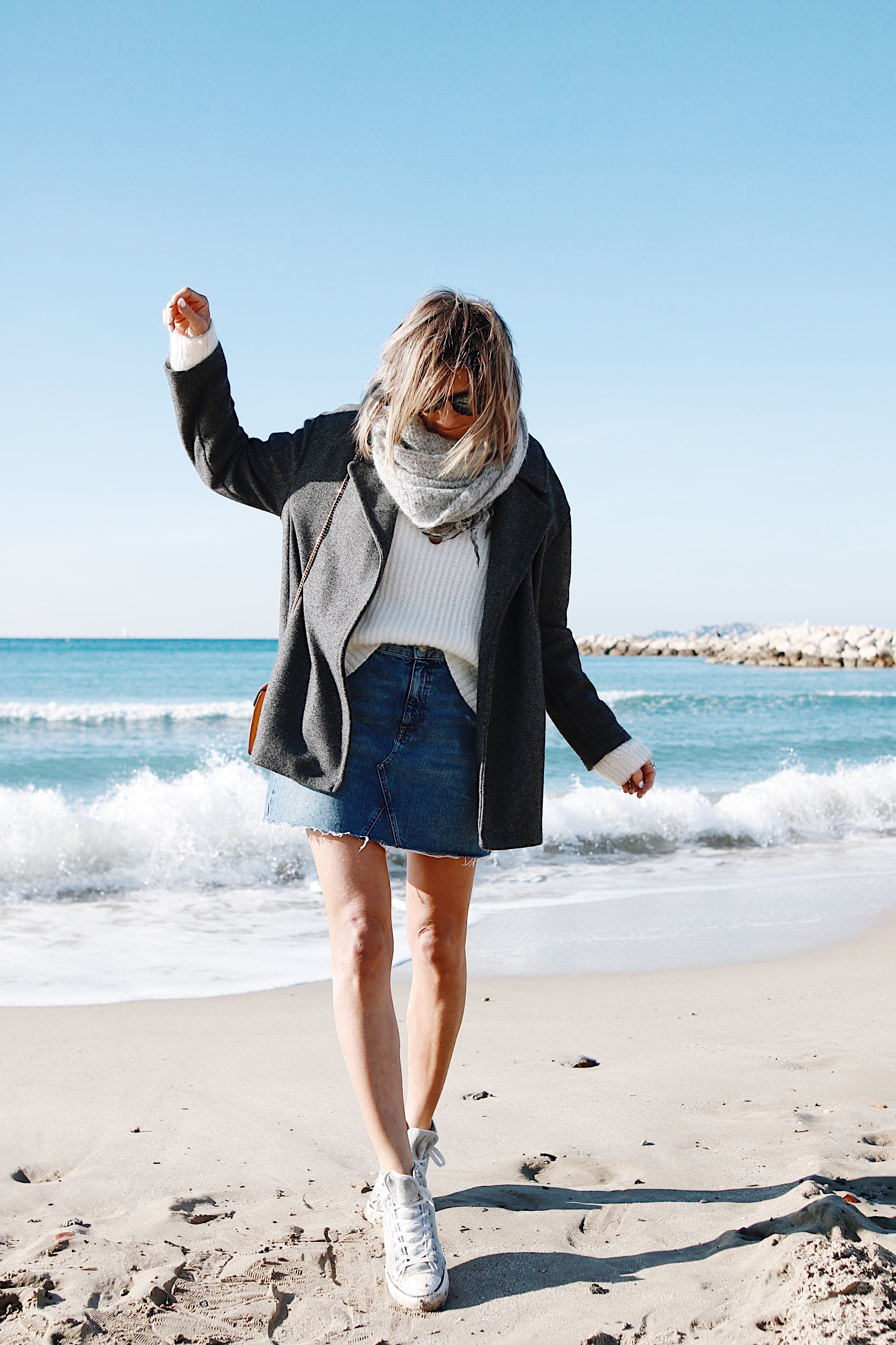 BACK TO THE BEACH - jupe en jeans et pull en laine, casual outfit, converse shoes