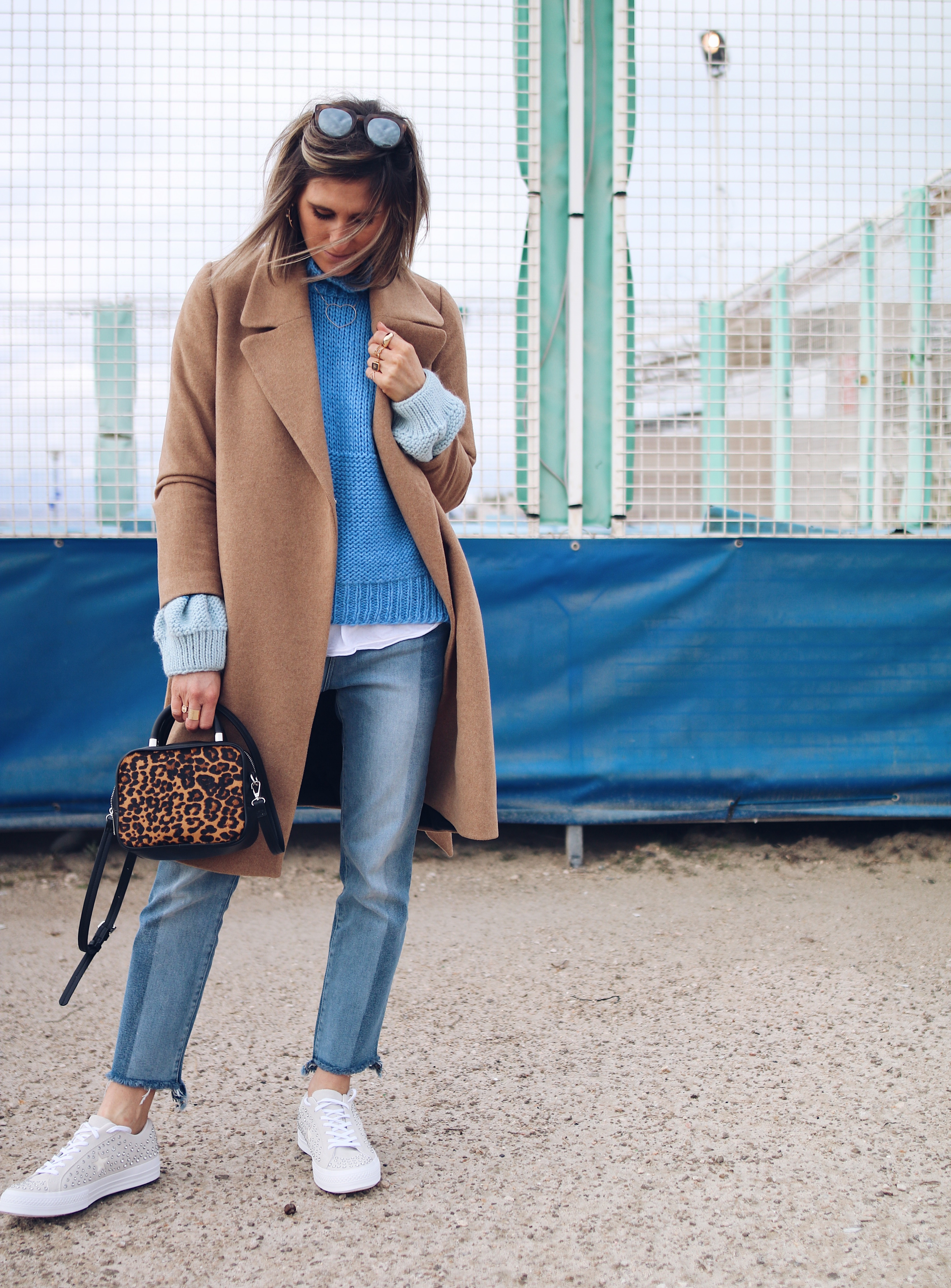 BLUE KNIT - Chon & CHON - denim style, white converse sneakers, camel coat, look décontracté avec pull l aine bleu