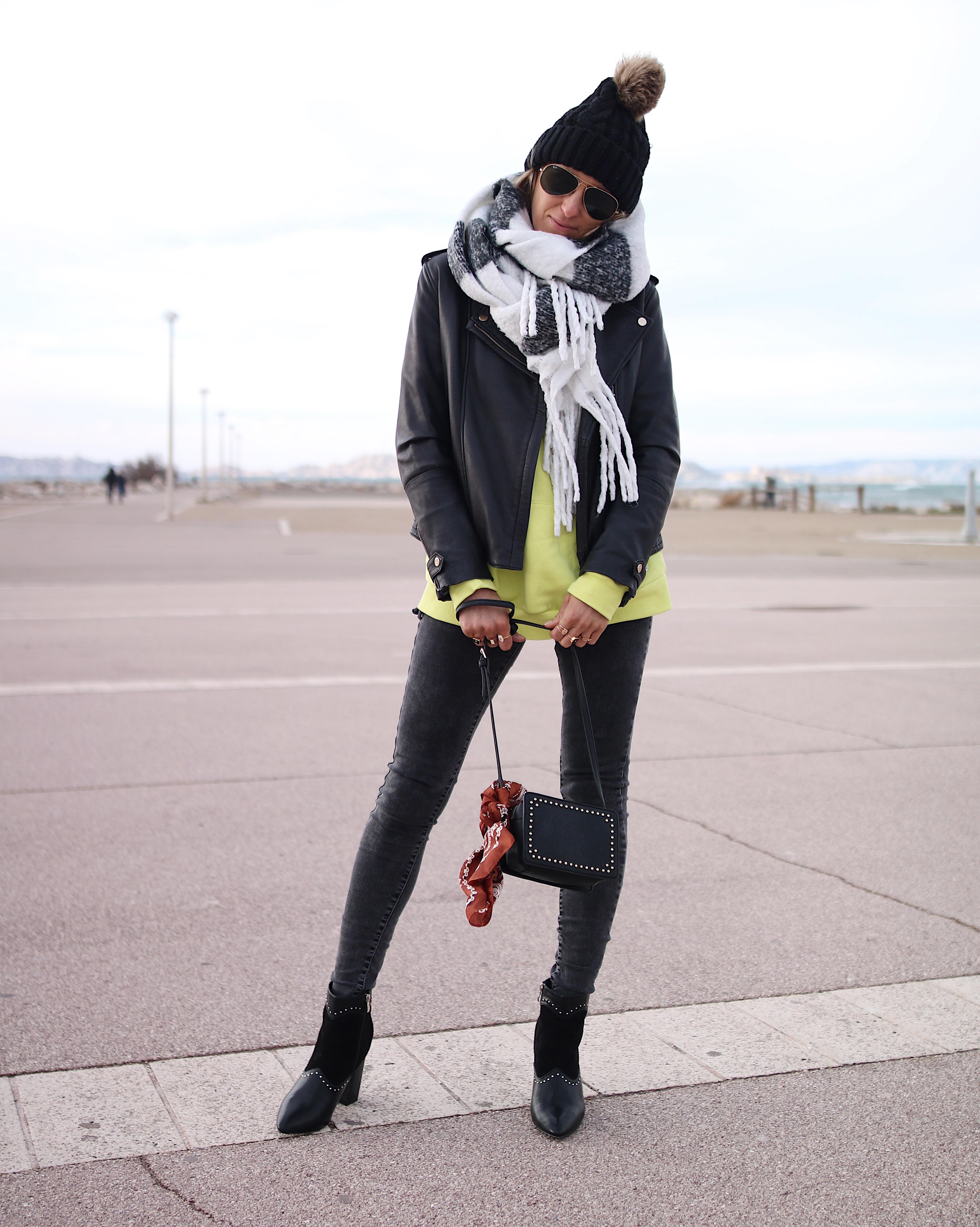 BLACK & YELLOW - Chon & CHON - www.chonandchon.com - total look noir et sweat fluo, black outfit, black style, look noir, porter du noir et des bottines