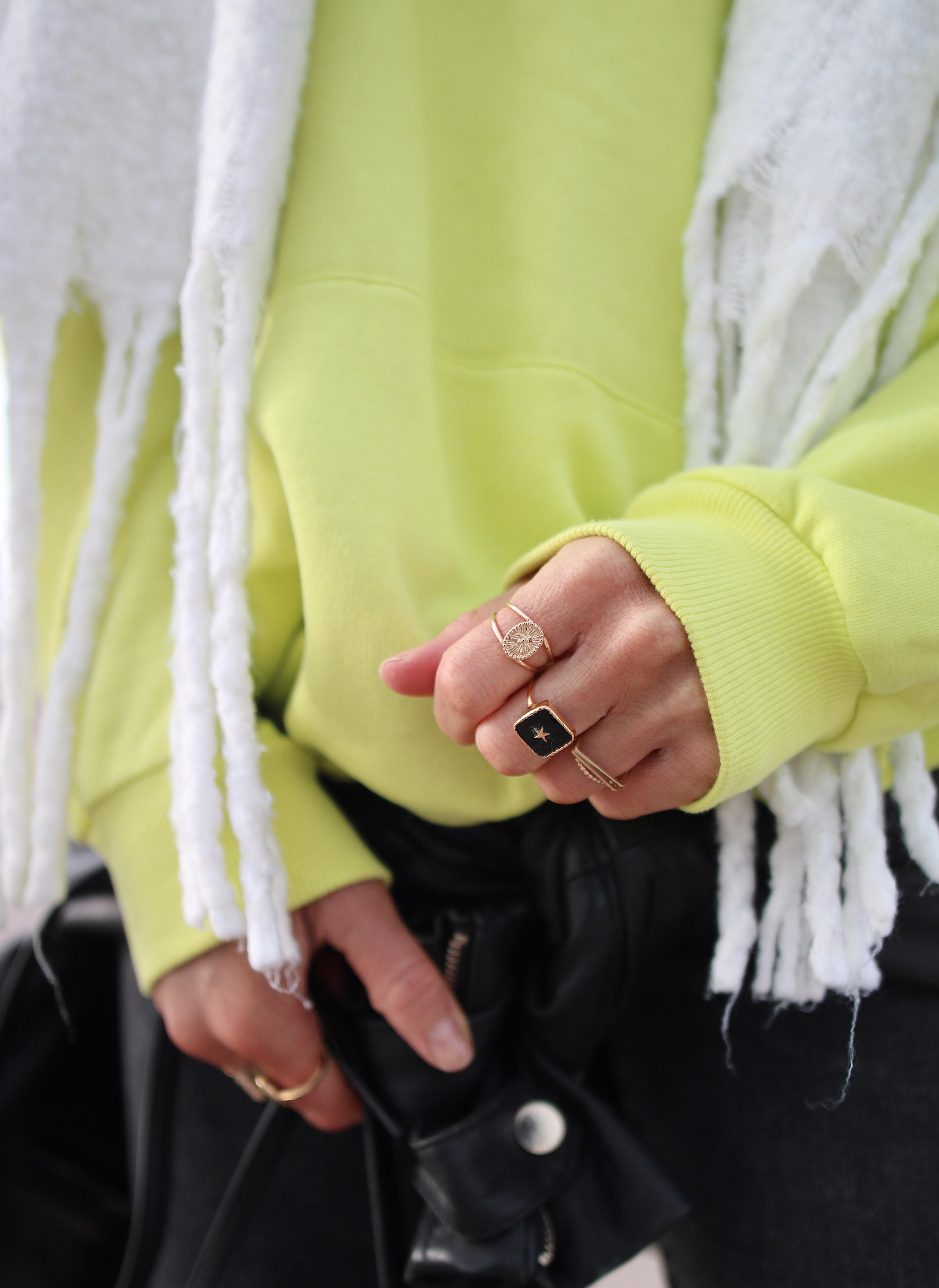 BLACK & YELLOW - Chon & CHON - www.chonandchon.com - total look noir et sweat fluo, black outfit, black style, look noir, porter du noir et des bottines, hoodie fluo, neon hoodie