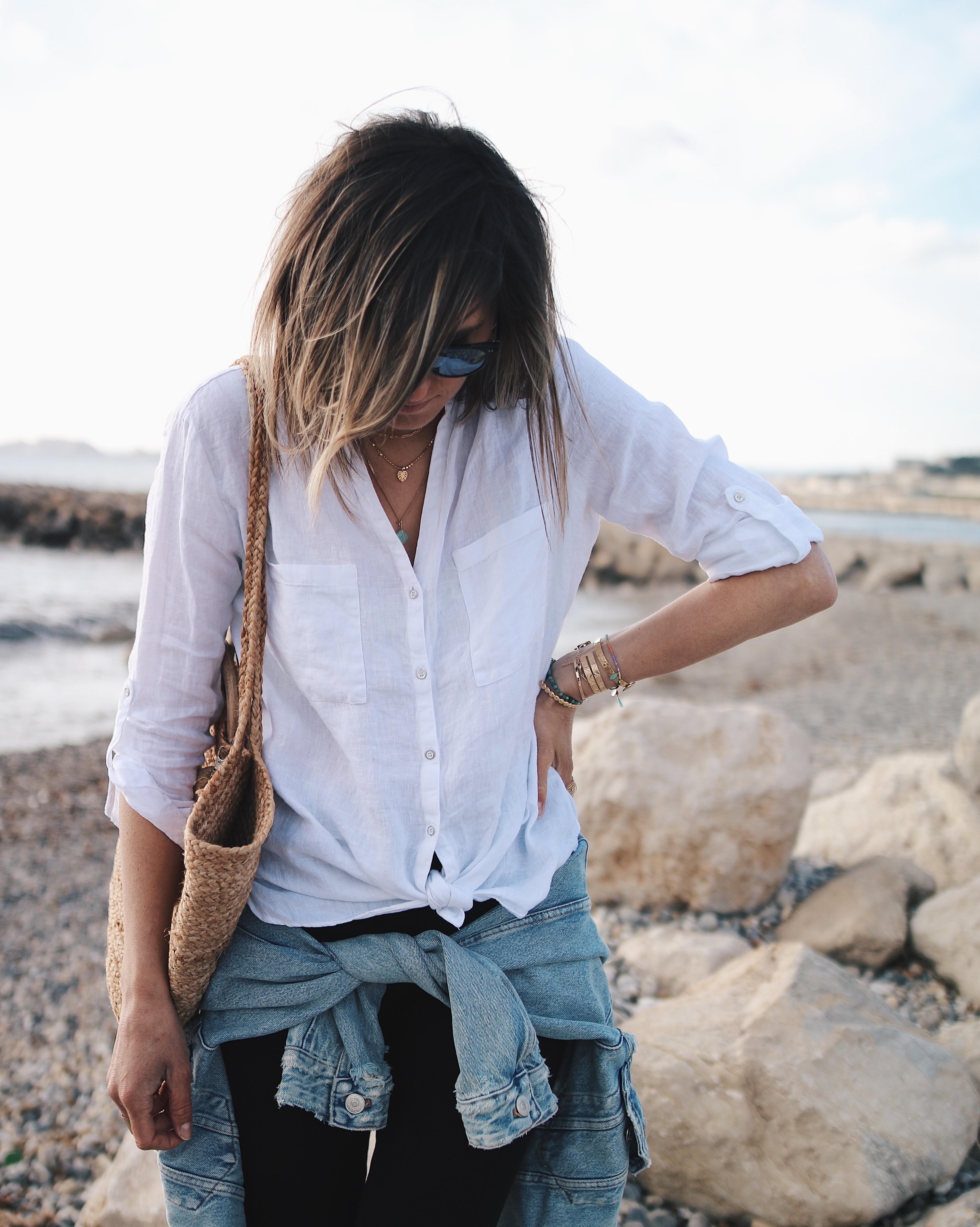 BOUDEUSE - Chon & CHON - WWW.CHONANDCHON.COM casuel and beachy style, white linen shirt. Look décontracté, chemise en lin, espadrille, panier en osier, veste en jeans