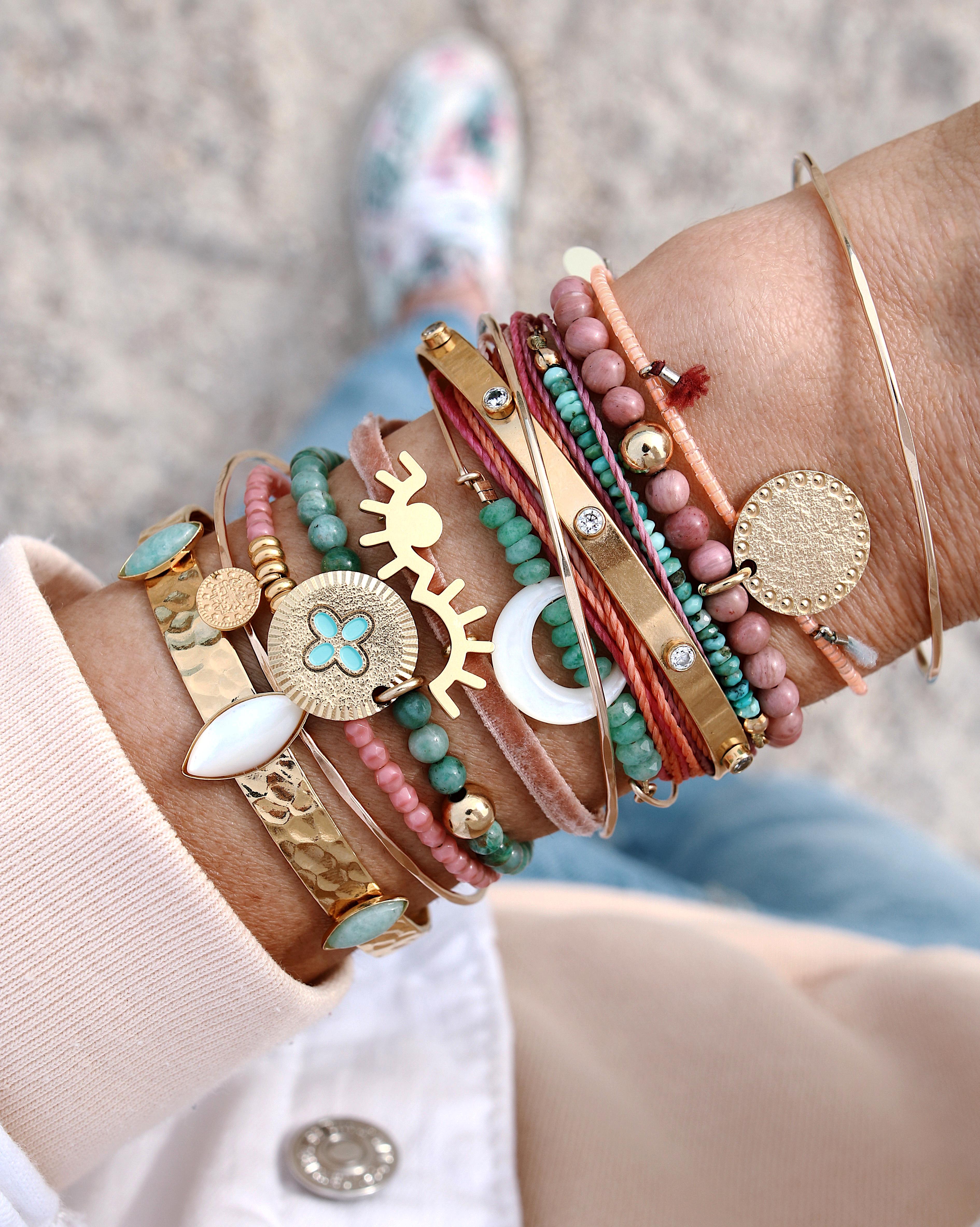 MELI MELO - WWW.CHONANDCHON.COM - jewelry addict, bracelets satck, accumulation de bracelets et de jonc or et perles