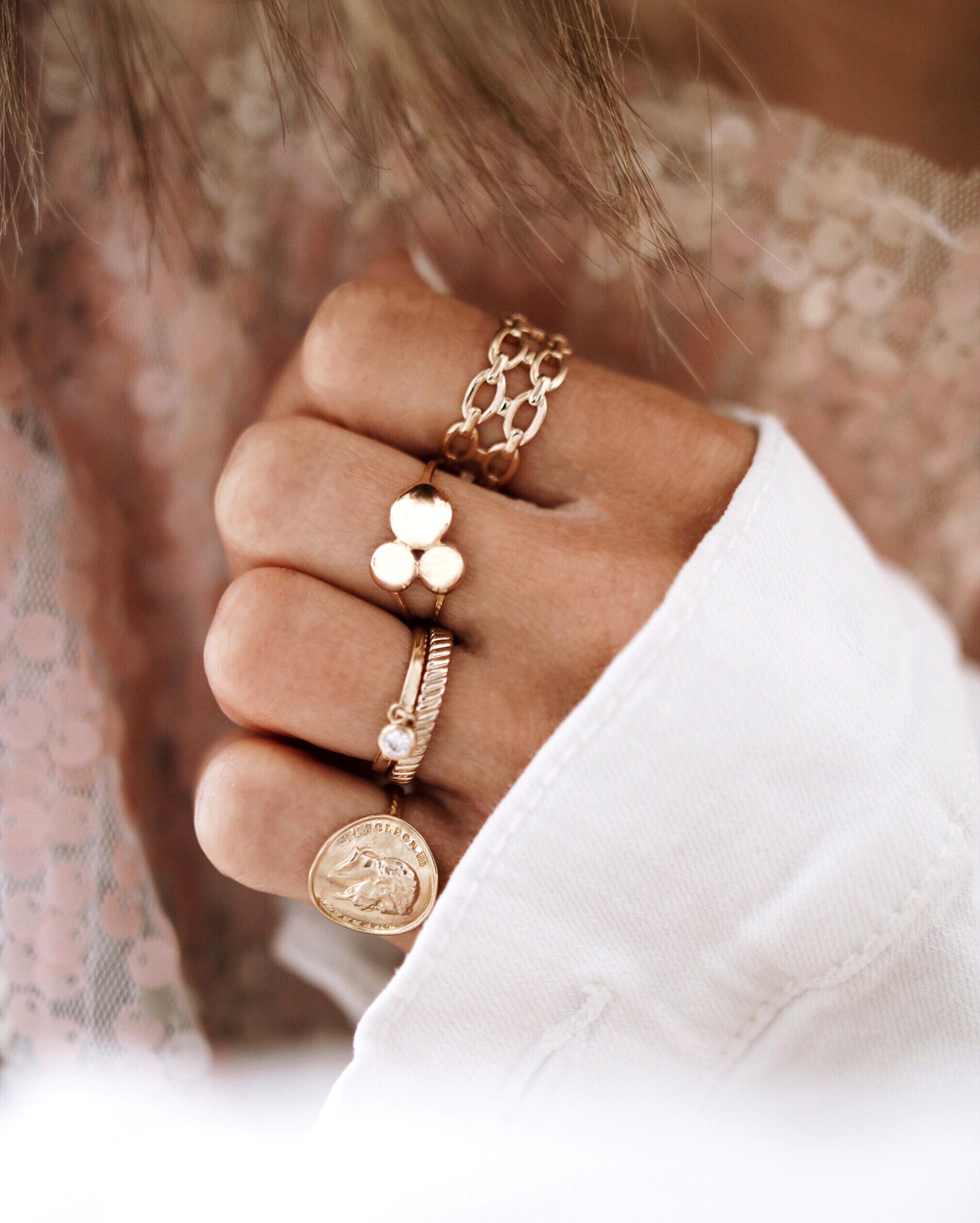 accumulation de bagues or, blog bijoux, bijoux addict, ings lover, rings set, gold rings, jexelry designer, jewelry inspiration, WAEKURA