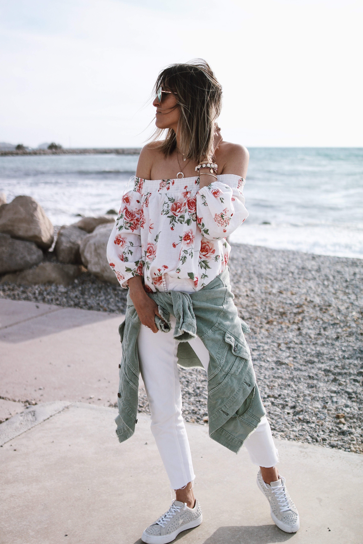 Chon & CHON - www.chonandchon.com FLOWER TOP - jeans slim blanc, top fleuri épaule dénudées, veste en velours cotelé vert, off shoulders top, casual style, spring style