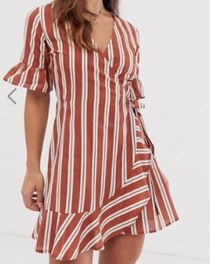 Boohoo – Robe courte coupe portefeuille à rayures et volants