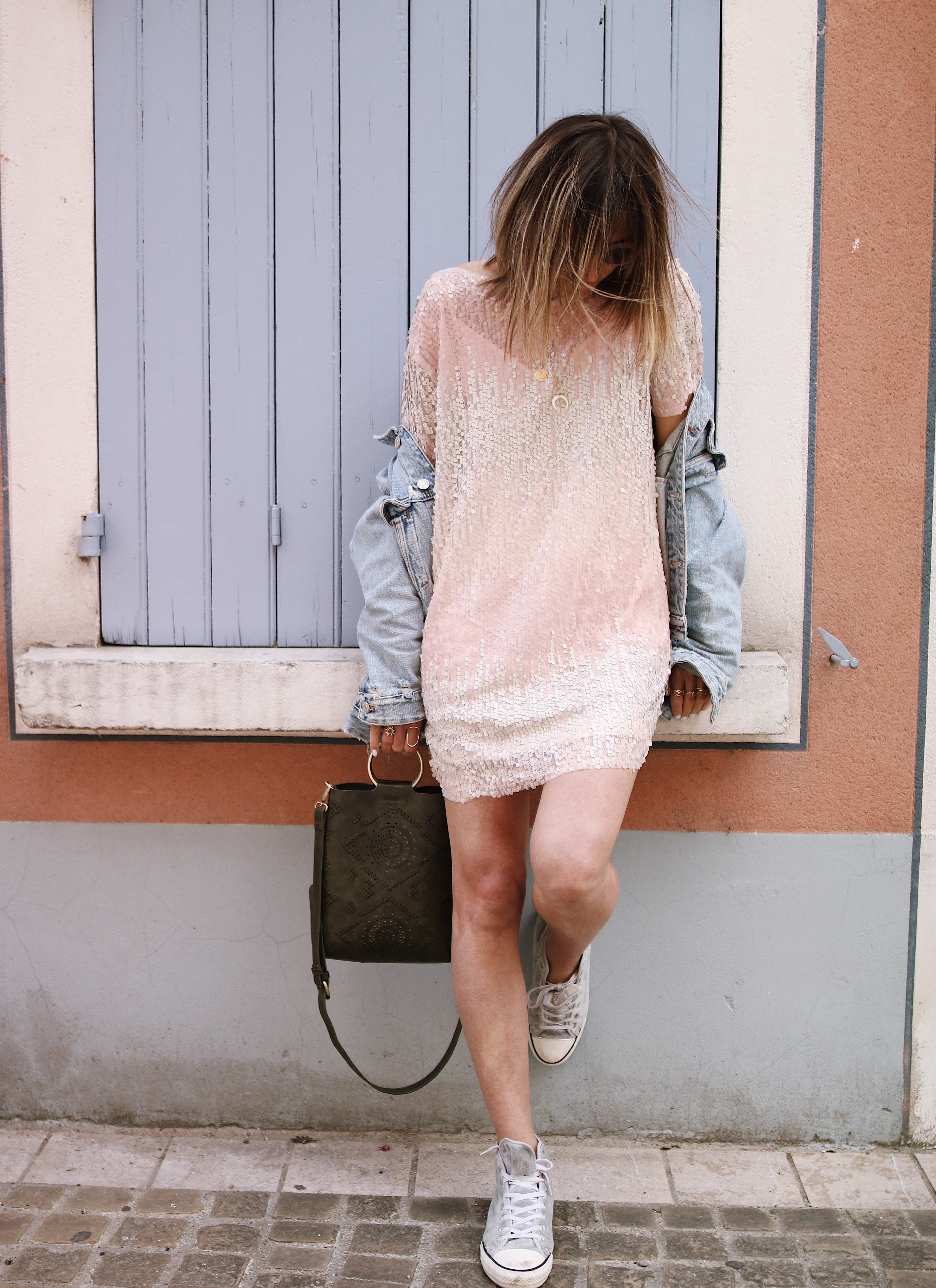 Chon & CHON - www.chonandchon.com - Robe tee-shirt à sequins rose Zara et veste en jeans