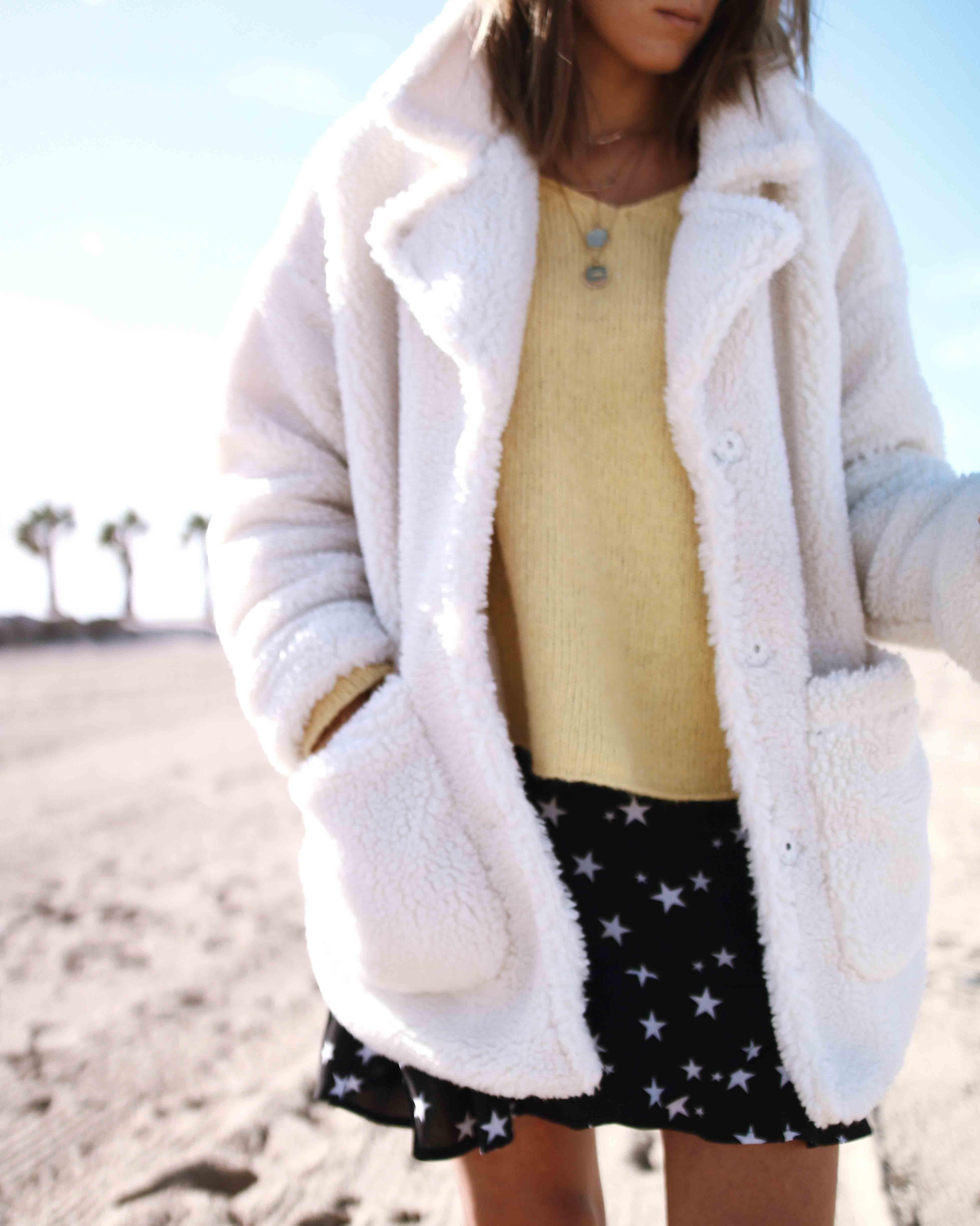 @chon.and.chon www.chonandchon.com mini jupe étoiles nasty gal, pull jaune american vintage, faux fur coat MONKI