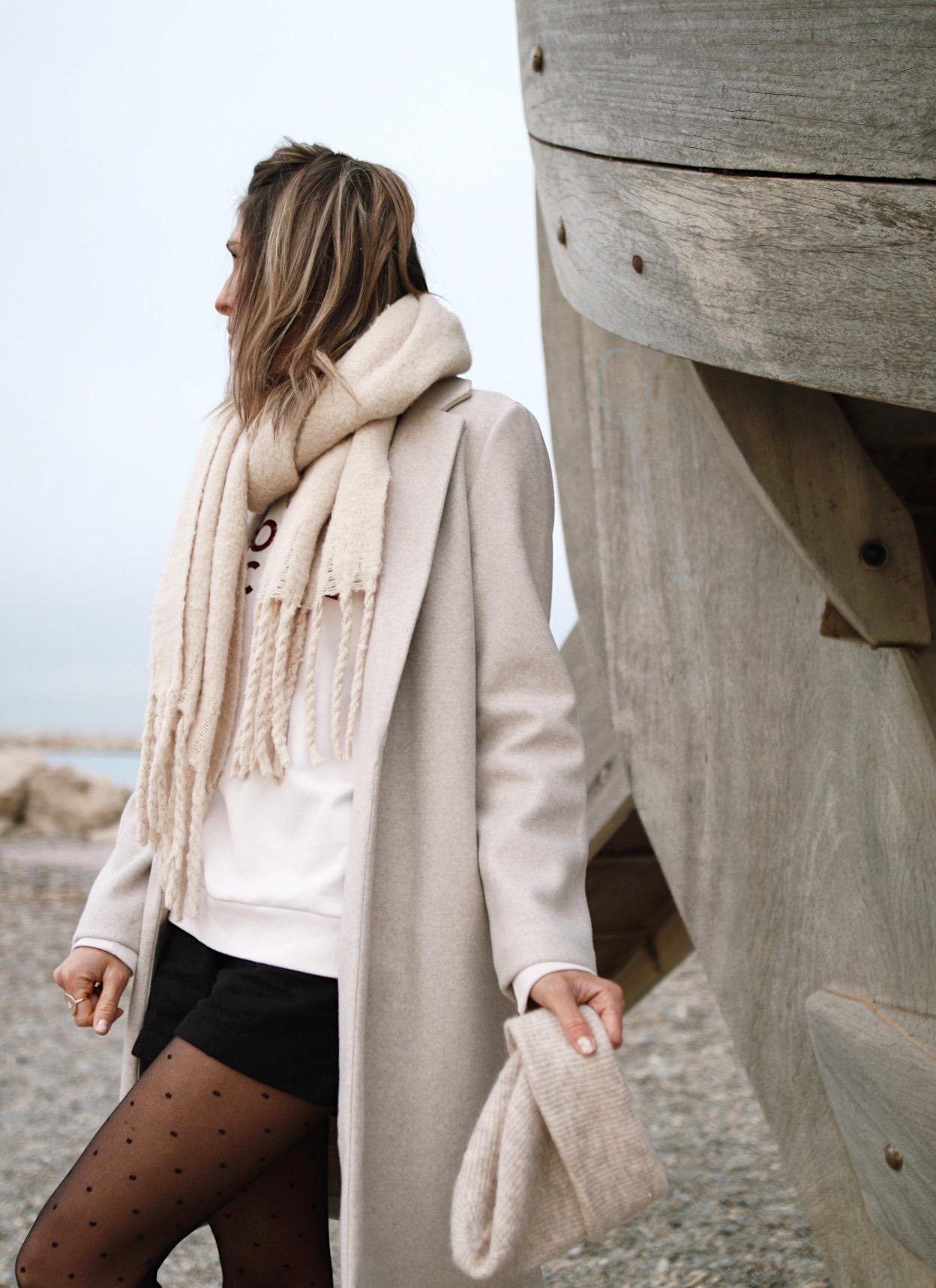 winter outfit, collants à pois, manteau beige www.chonandchon.com