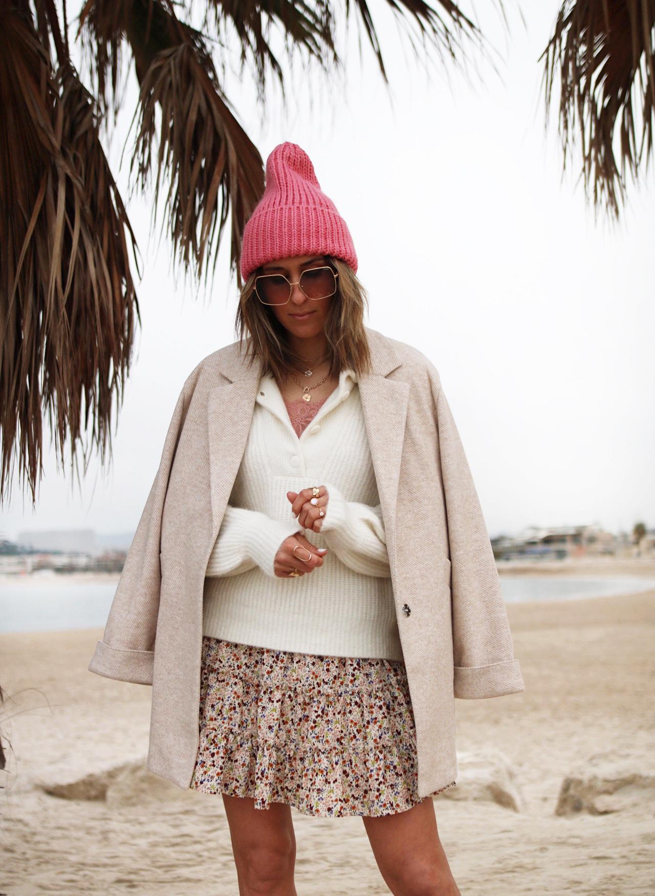 WWW.CHONANDCHON.COM - pull sézane, jupe zohoha, bonnet rose H&M