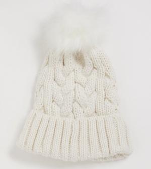 New Look – Bonnet en maille torsadée avec pompon en fausse fourrure – Crème